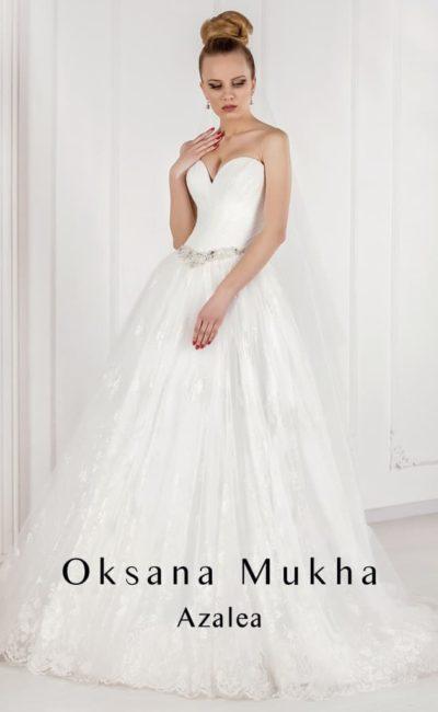 Изысканное свадебное платье «принцесса» с открытым корсетом и кружевным декором юбки.
