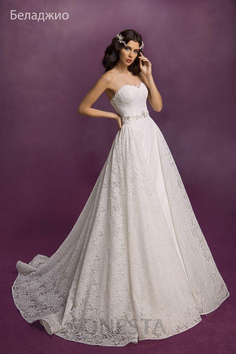 Свадебное платье с кружевным декором корсета и пышной юбкой с полукругом шлейфа сзади.