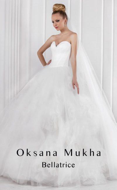 Пышное свадебное платье с романтичными оборками по подолу и открытым корсетом с лифом в форме сердца.