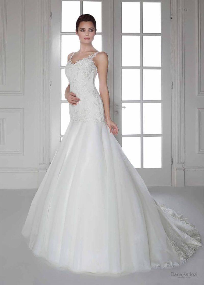 Свадебное платье с кружевным лифом и юбкой «русалка», созданной из нескольких слоев ткани.