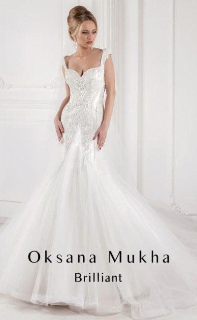 Атласное свадебное платье «рыбка» с широкими бретелями и лифом в форме сердечка.