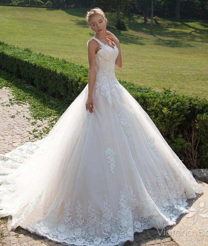 Романтичное свадебное платье с кружевным корсетом и воздушной пышной юбкой.