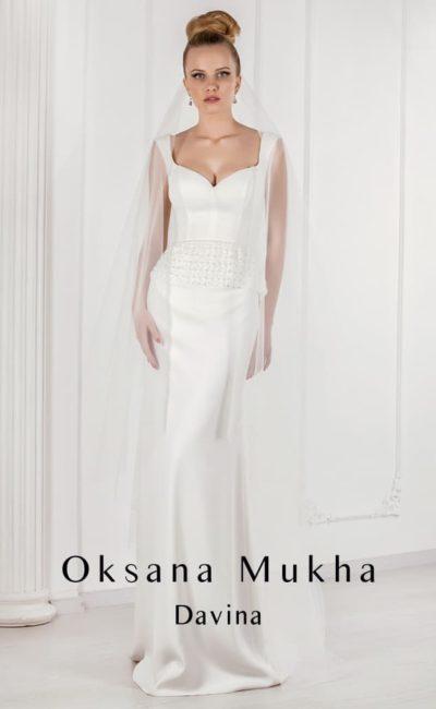 Эффектное атласное свадебное платье прямого кроя с лифом в форме сердца.