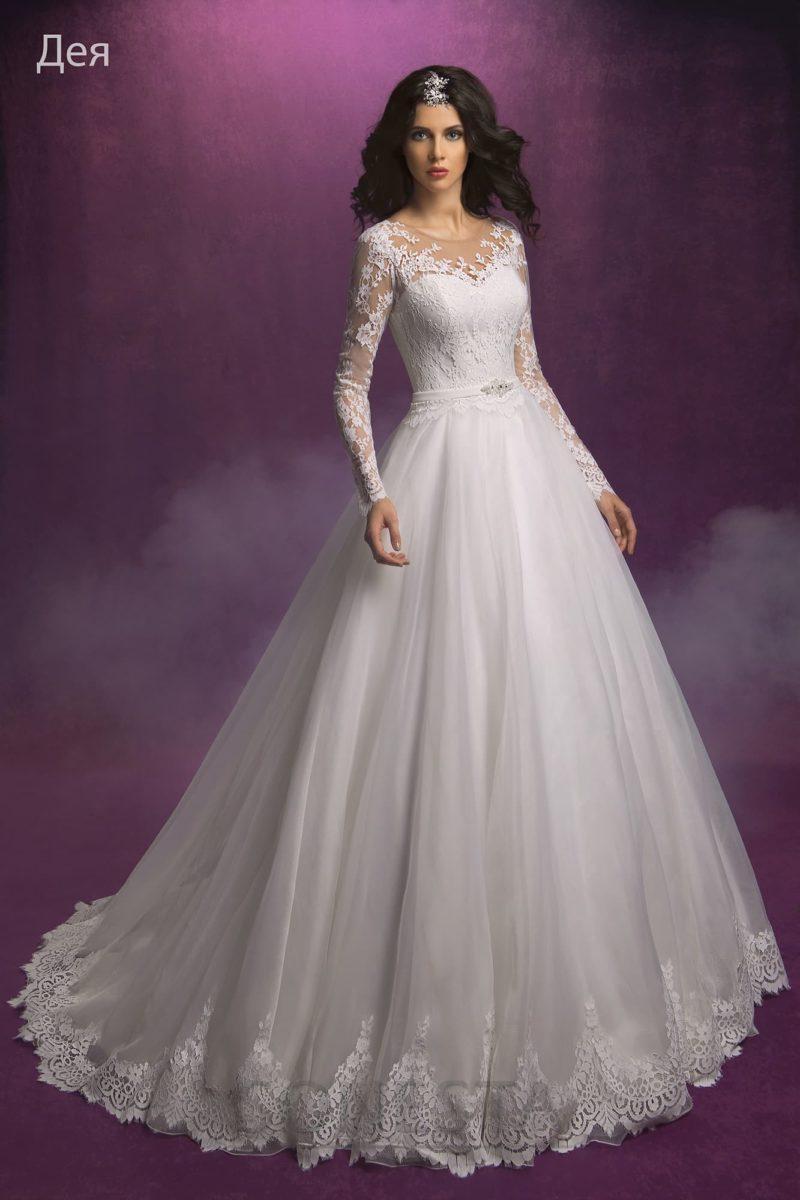 Пышное свадебное платье с роскошным кружевным декором верха и длинным рукавом.