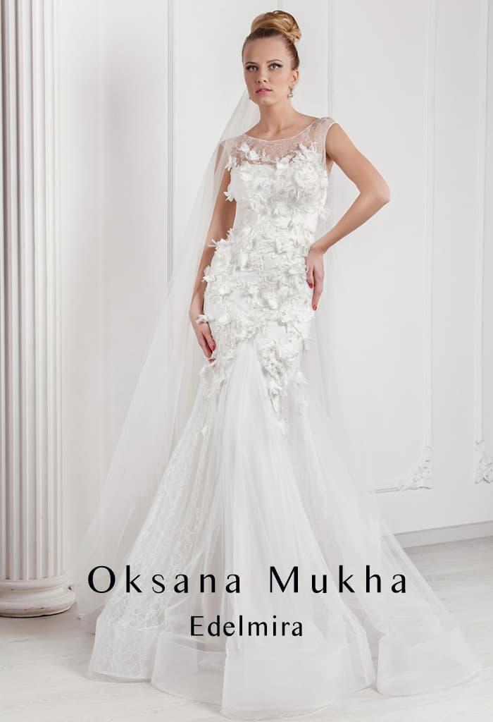 Эксцентричное свадебное платье «рыбка» с объемным декором и круглым вырезом.
