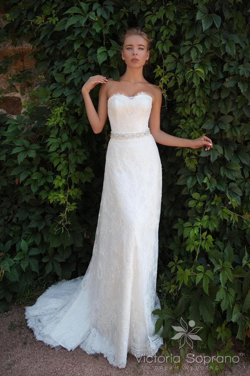Сдержанное свадебное платье с кружевным лифом и элегантной юбкой прямого кроя.