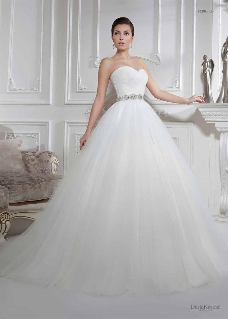 Пышное свадебное платье с лифом в форме сердца и сияющим бисерным поясом на талии.