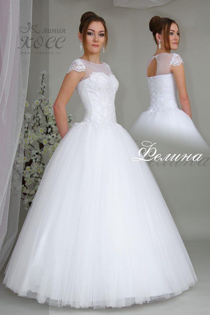Закрытое свадебное платье с пышной юбкой.