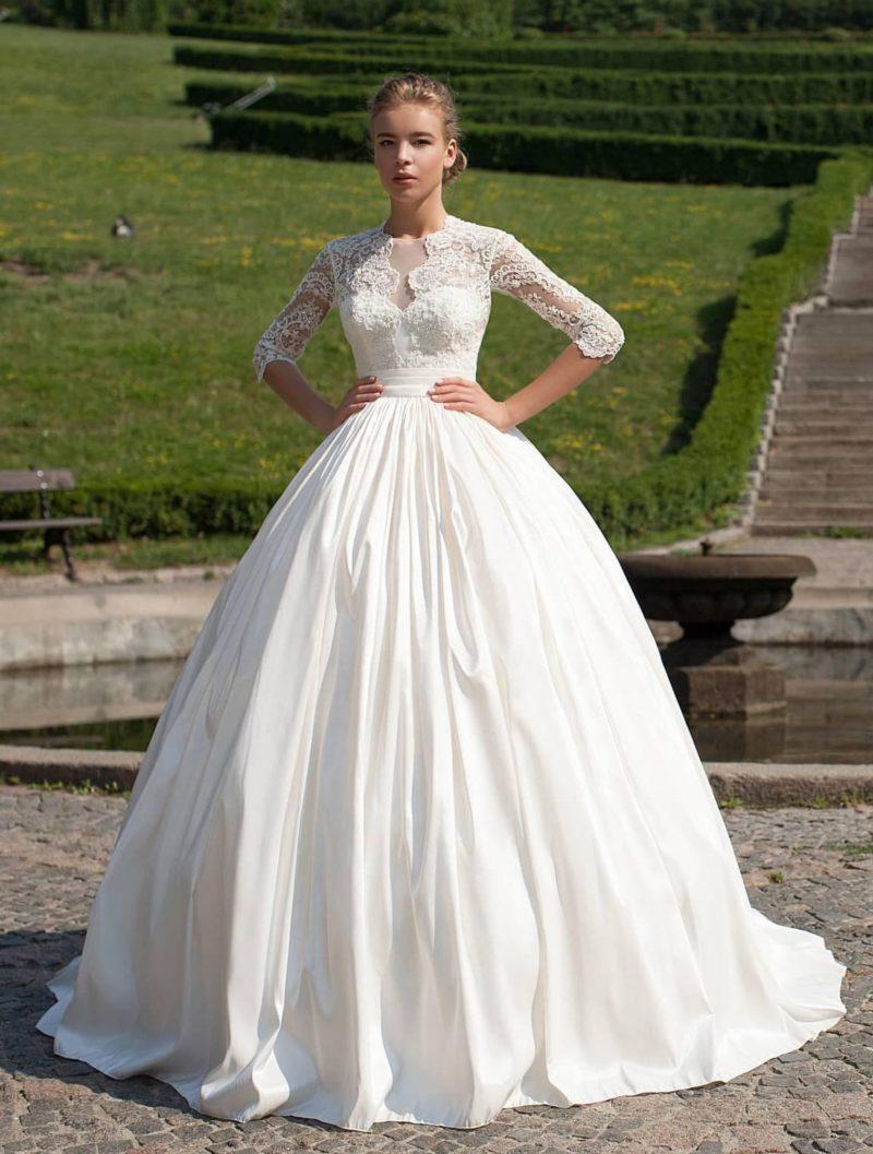 Фактурное свадебное платье с невероятно пышной юбкой и длинными кружевными рукавами.