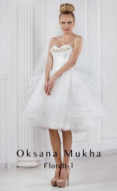 Пышное свадебное платье с юбкой длиной до колена и открытым лифом.