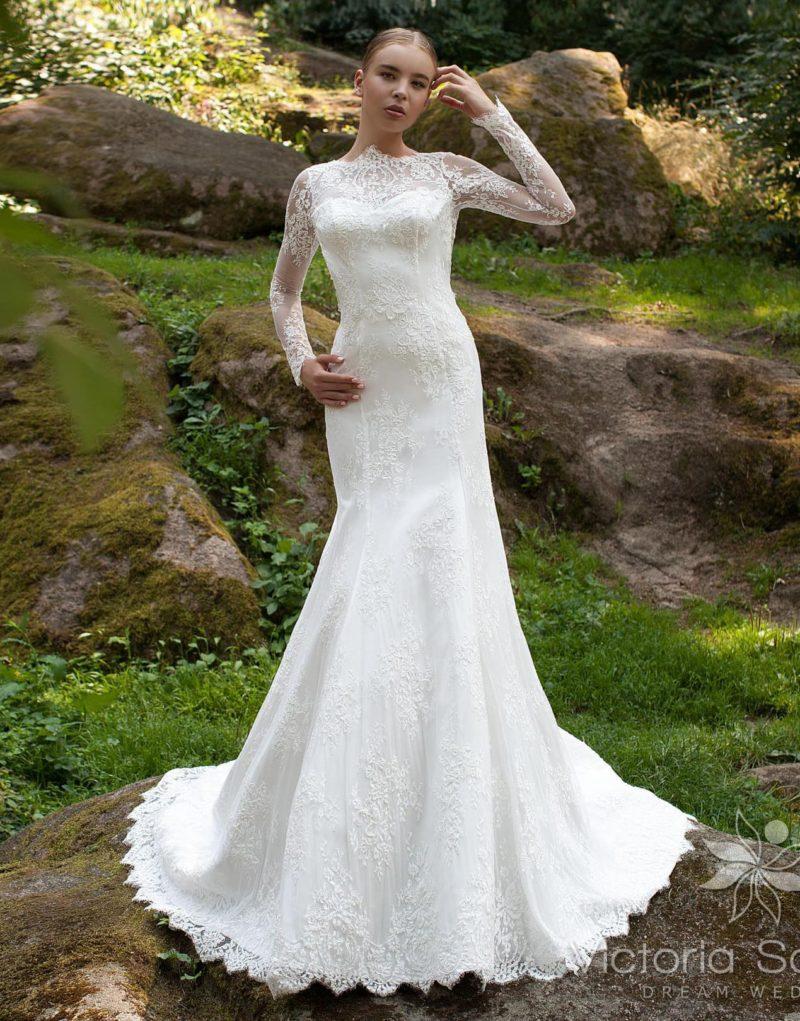 Закрытое свадебное платье с длинными плотными рукавами и открытой фигурным вырезом спинкой.