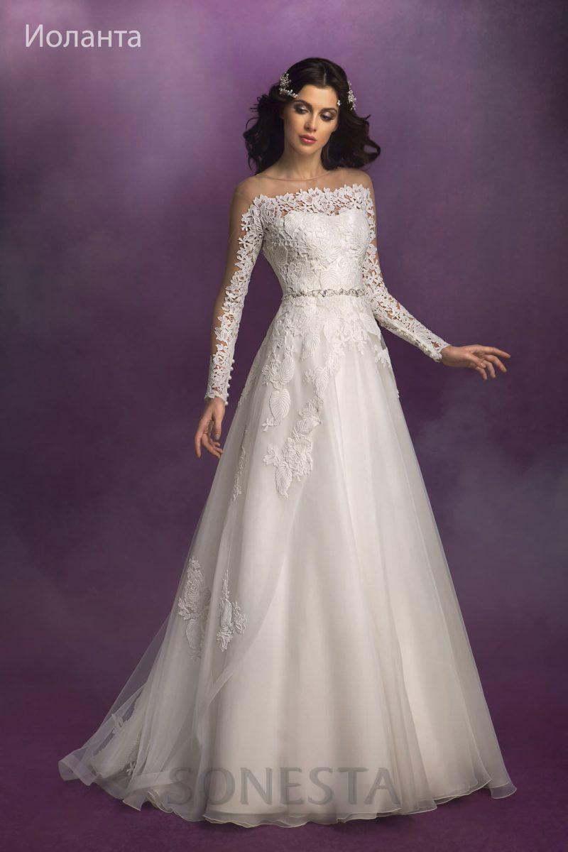 Свадебное платье с длинной полупрозрачной накидкой с кружевным декором.