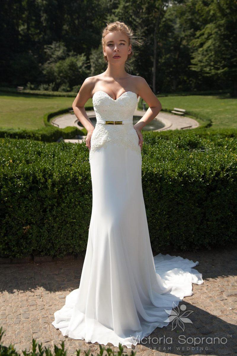 Прямое свадебное платье с элегантным длинным шлейфом и чувственным открытым корсетом с поясом.