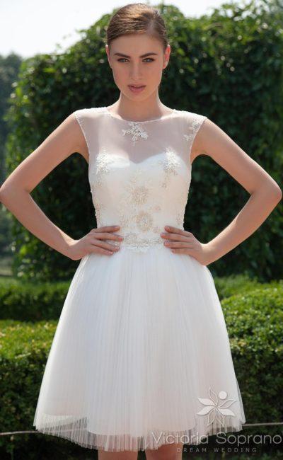 Короткое свадебное платье с открытой спинкой, украшенное по корсету бисерной вышивкой.