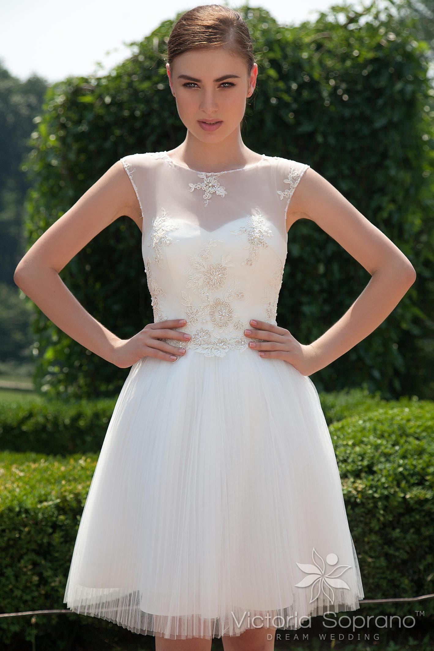 cb8a6e7e743fead Короткое свадебное платье с открытой спинкой, украшенное по корсету  бисерной вышивкой.
