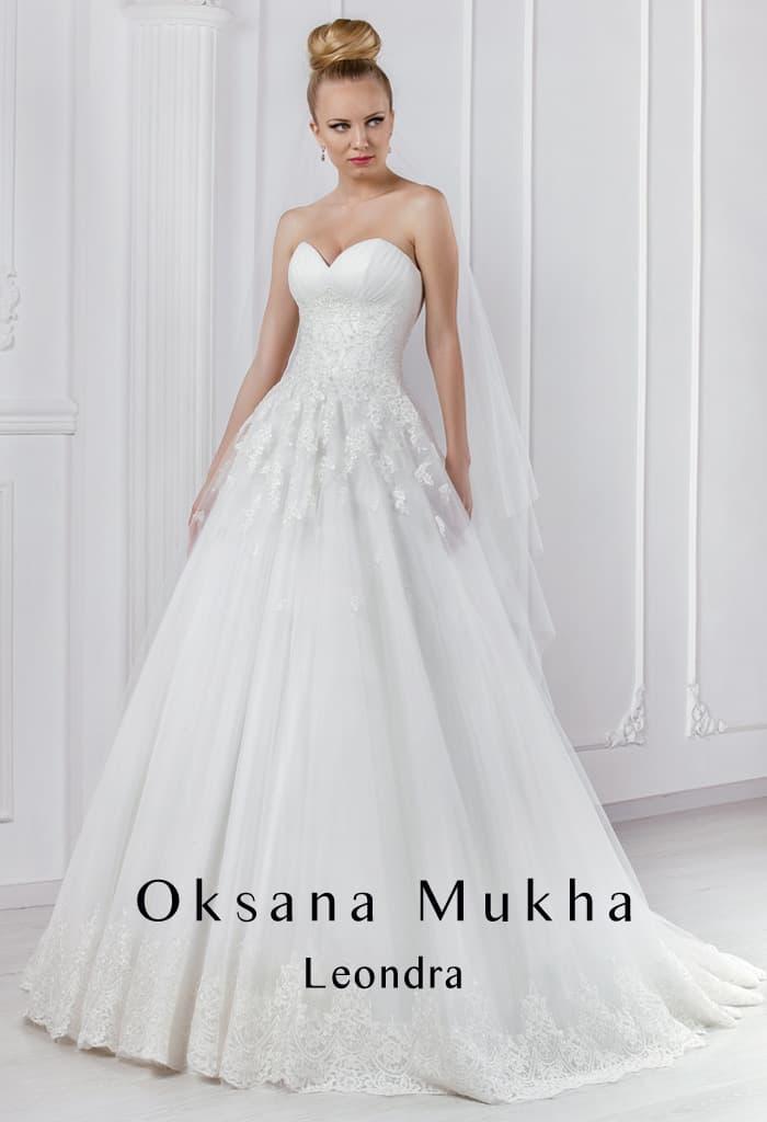 Изысканное свадебное платье с воздушной юбкой и корсетом, покрытым кружевом.