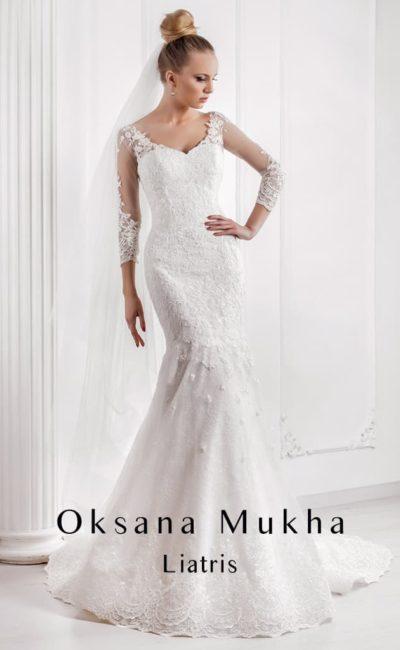 Свадебное платье «русалка» с V-образным вырезом на лифе и на спинке и кружевным декором.