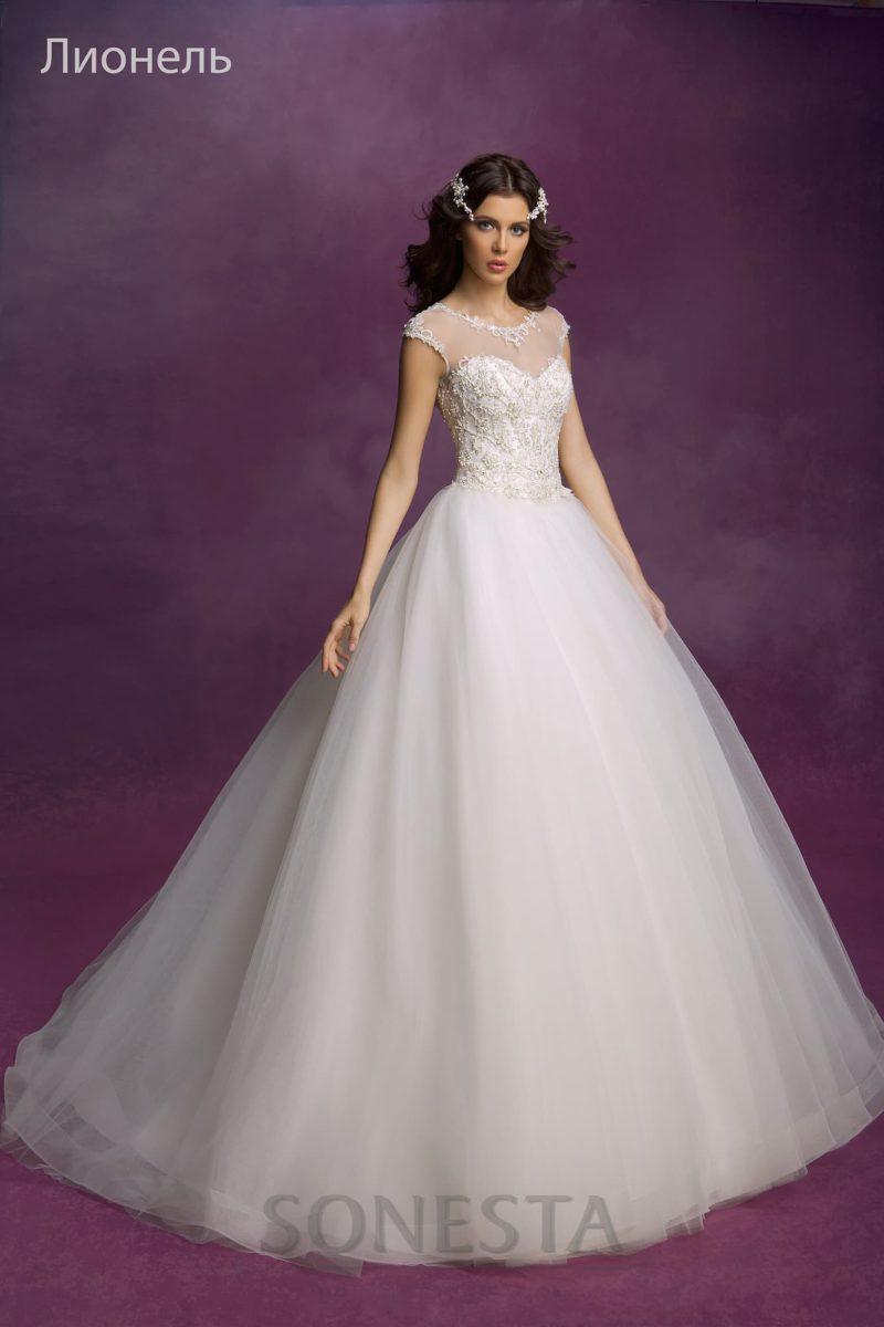 Пышное свадебное платье с закрытым лифом с округлым вырезом под горло и кружевным декором.
