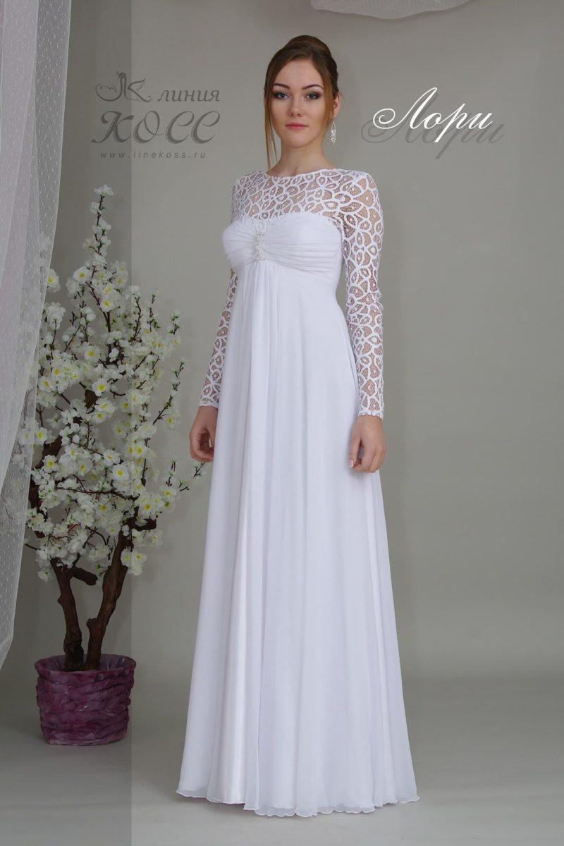 Закрытое свадебное платье прямого кроя.