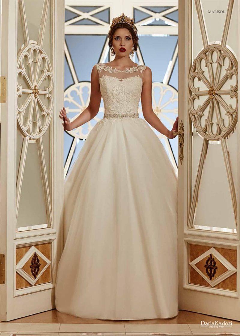 Торжественное свадебное платье со сверкающим поясом и тонкой вставкой с кружевом над декольте.