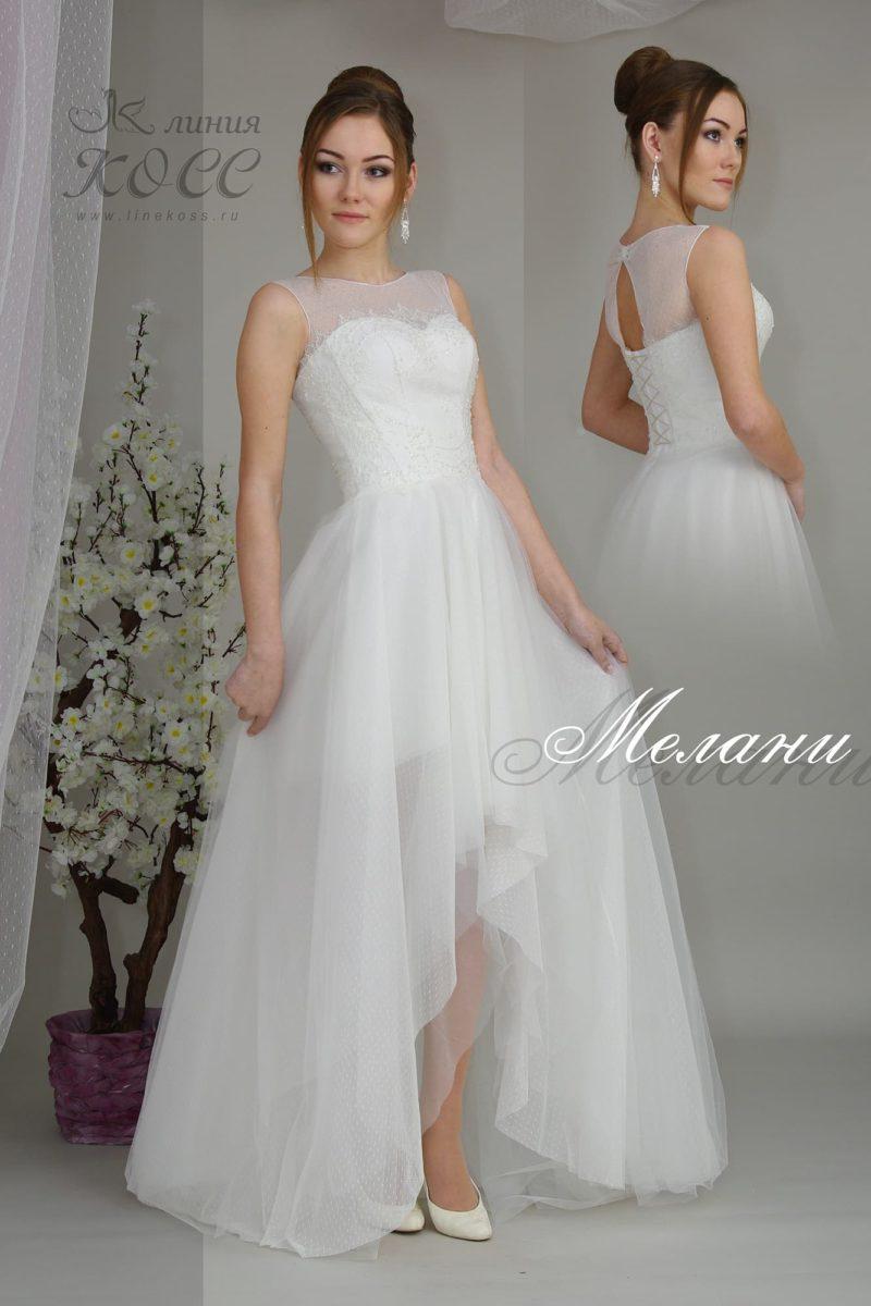 Закрытое свадебное платье с укороченным спереди подолом.
