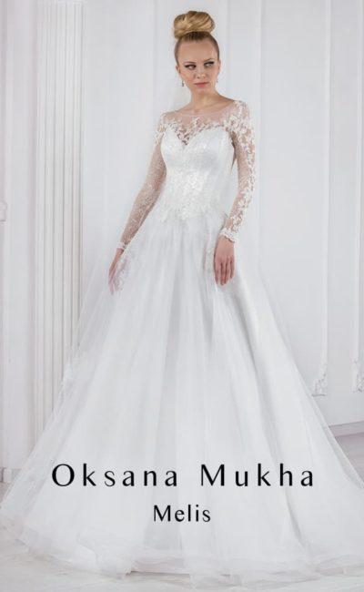 Кружевное свадебное платье с пышной юбкой и вырезом на спинке.