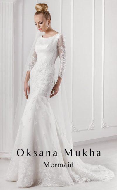 Атласное свадебное платье «русалка» с длинным полупрозрачным рукавом.