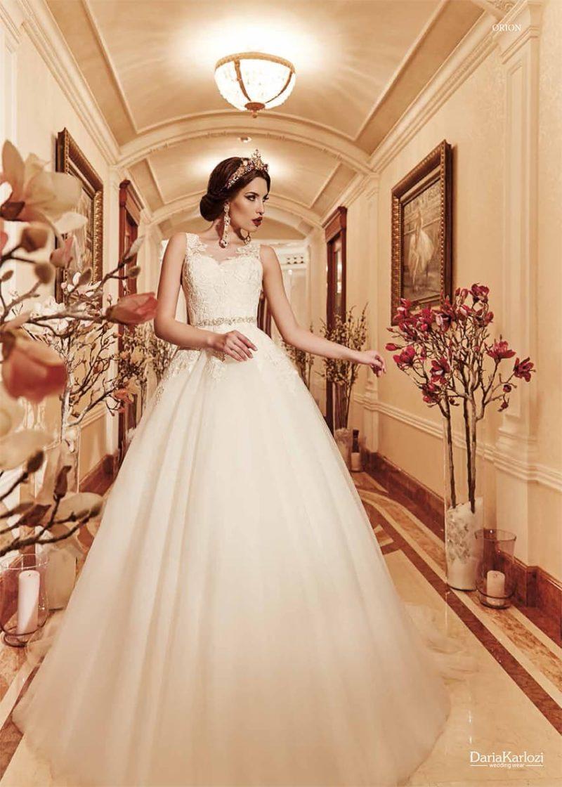 Великолепное свадебное платье с торжественной юбкой и закрытым кружевным верхом.