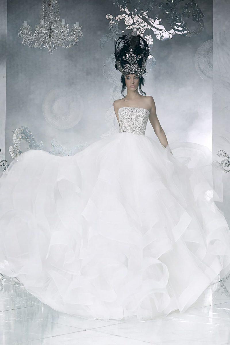 Сверкающее свадебное платье с многослойной юбкой и открытым корсетом, покрытым бисером.