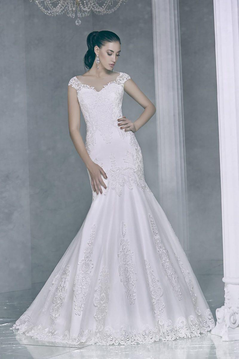 Кружевное свадебное платье силуэта «рыбка», с деликатным лифом и открытой спинкой.