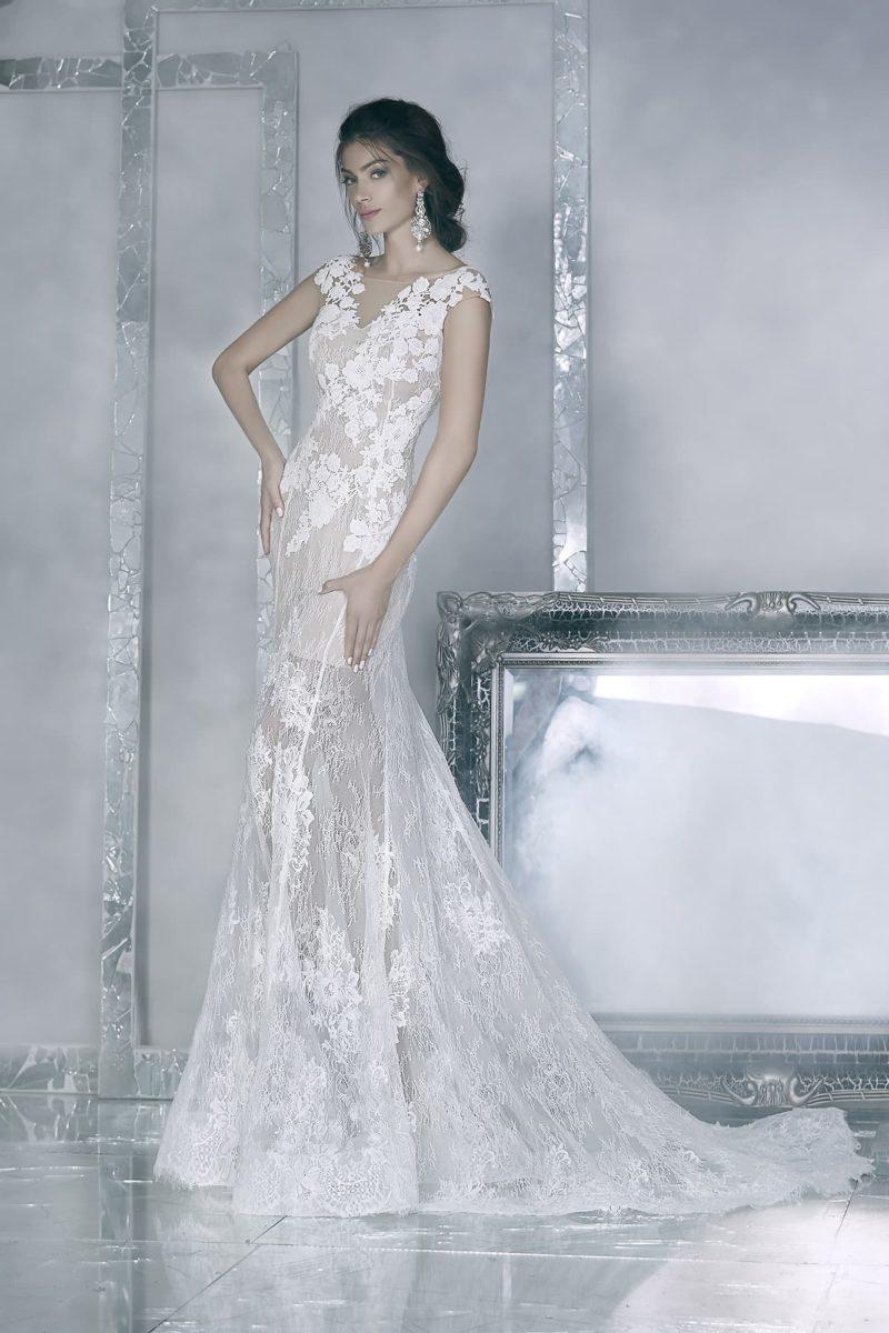 Облегающее свадебное платье с бежевой подкладкой и белым кружевом, дополненное стильным шлейфом.