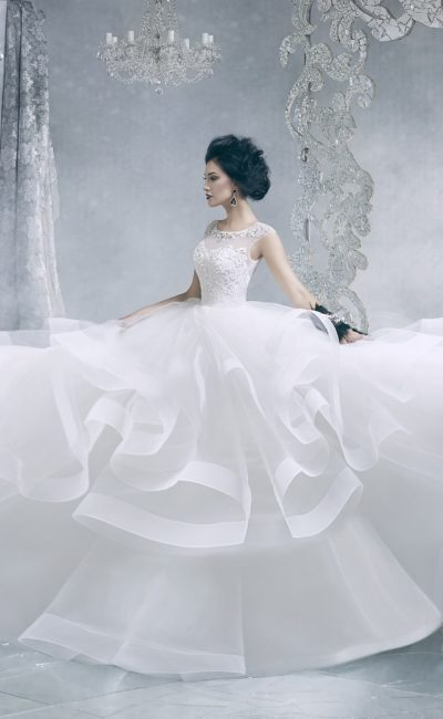 Красивое свадебное платье с пышной юбкой