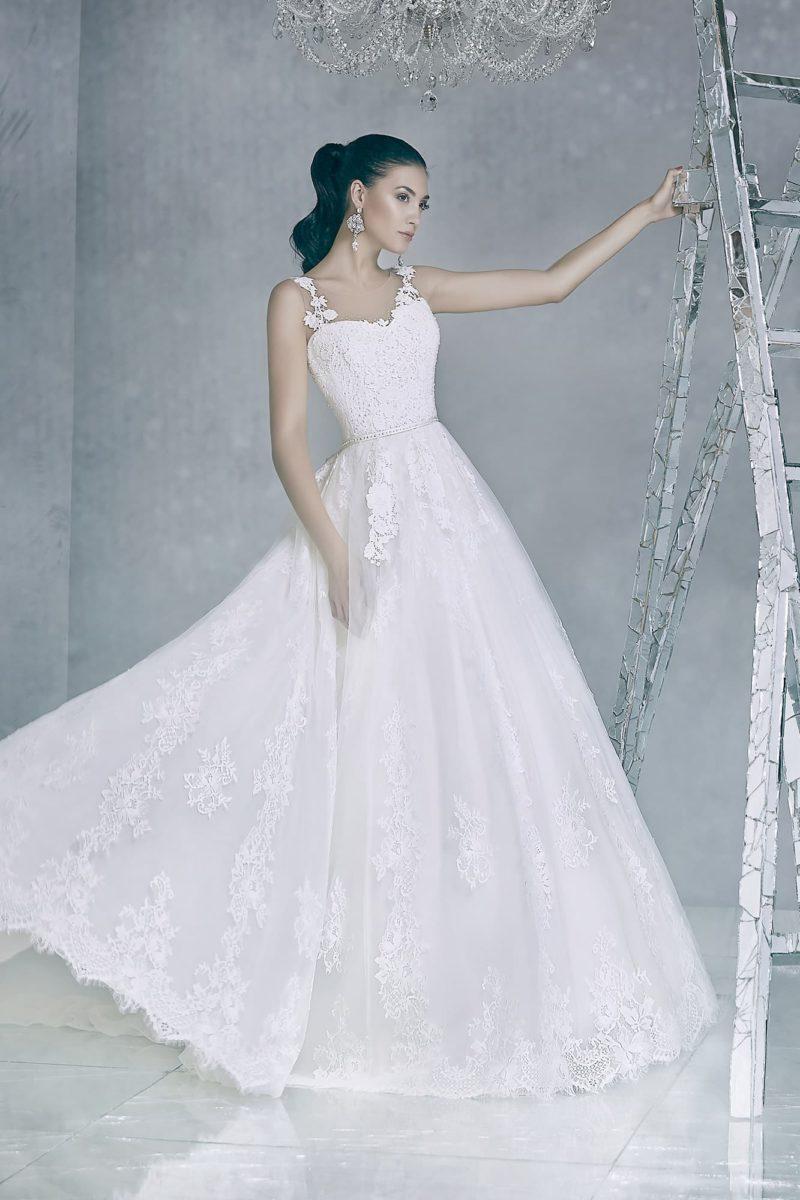 Кружевное свадебное платье с романтичным корсетом и торжественной объемной юбкой.