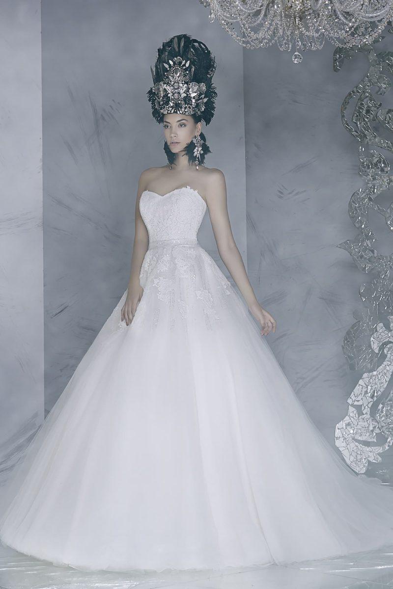 Впечатляющее свадебное платье с пышной юбкой и соблазнительным открытым корсетом.