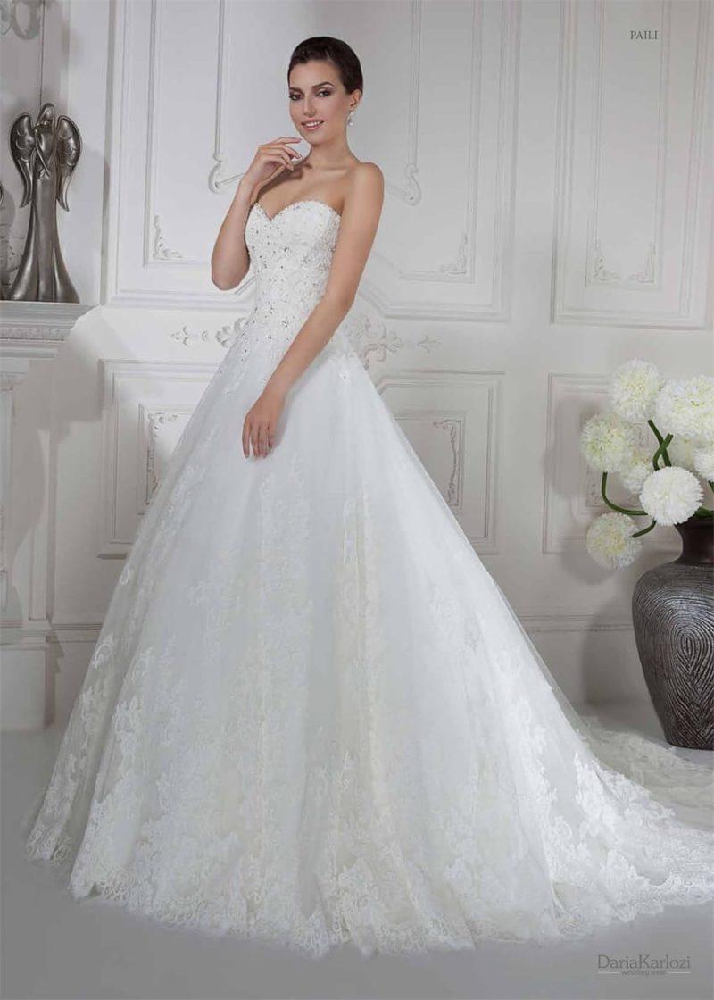 Шикарное свадебное платье пышного кроя с вышивкой серебристым бисером по корсету.