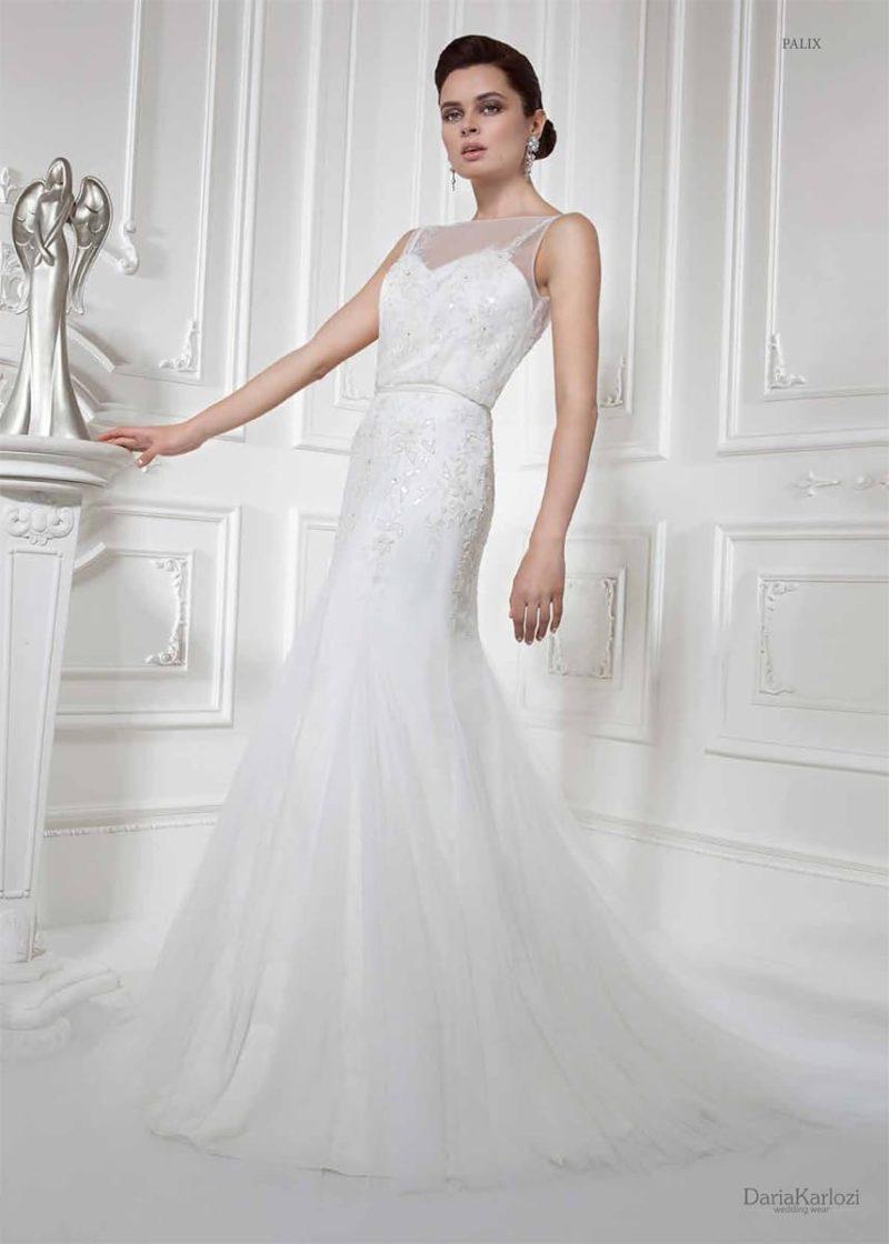 Закрытое свадебное платье с полупрозрачной вставкой над лифом и небольшим шлейфом.