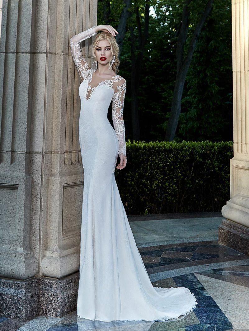 Чувственное свадебное платье прямого кроя с глубоким фигурным декольте и длинными рукавами.