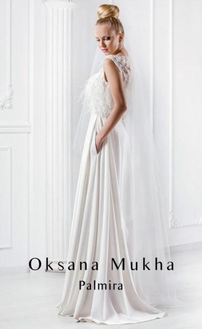 Прямое свадебное платье с объемной отделкой закрытого лифа и скрытыми карманами по подолу.