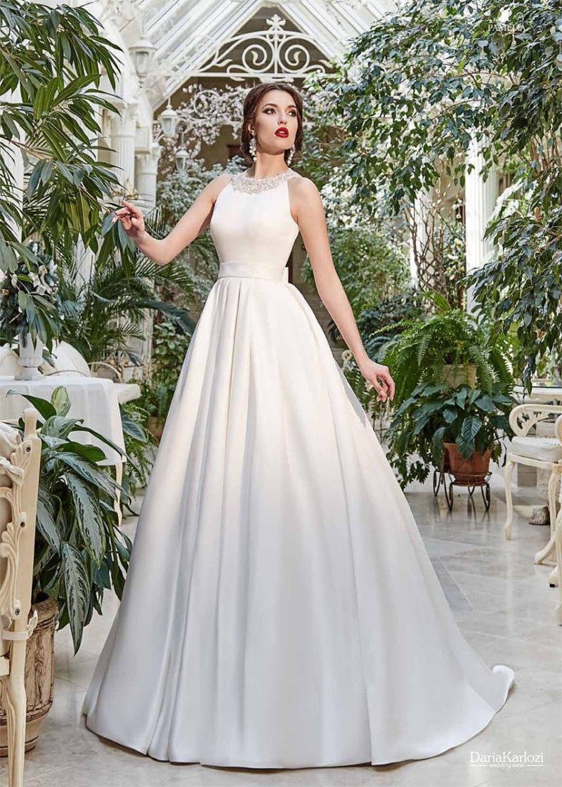 Утонченное свадебное платье с атласным лифом, украшенным бисерным декором по вырезу.