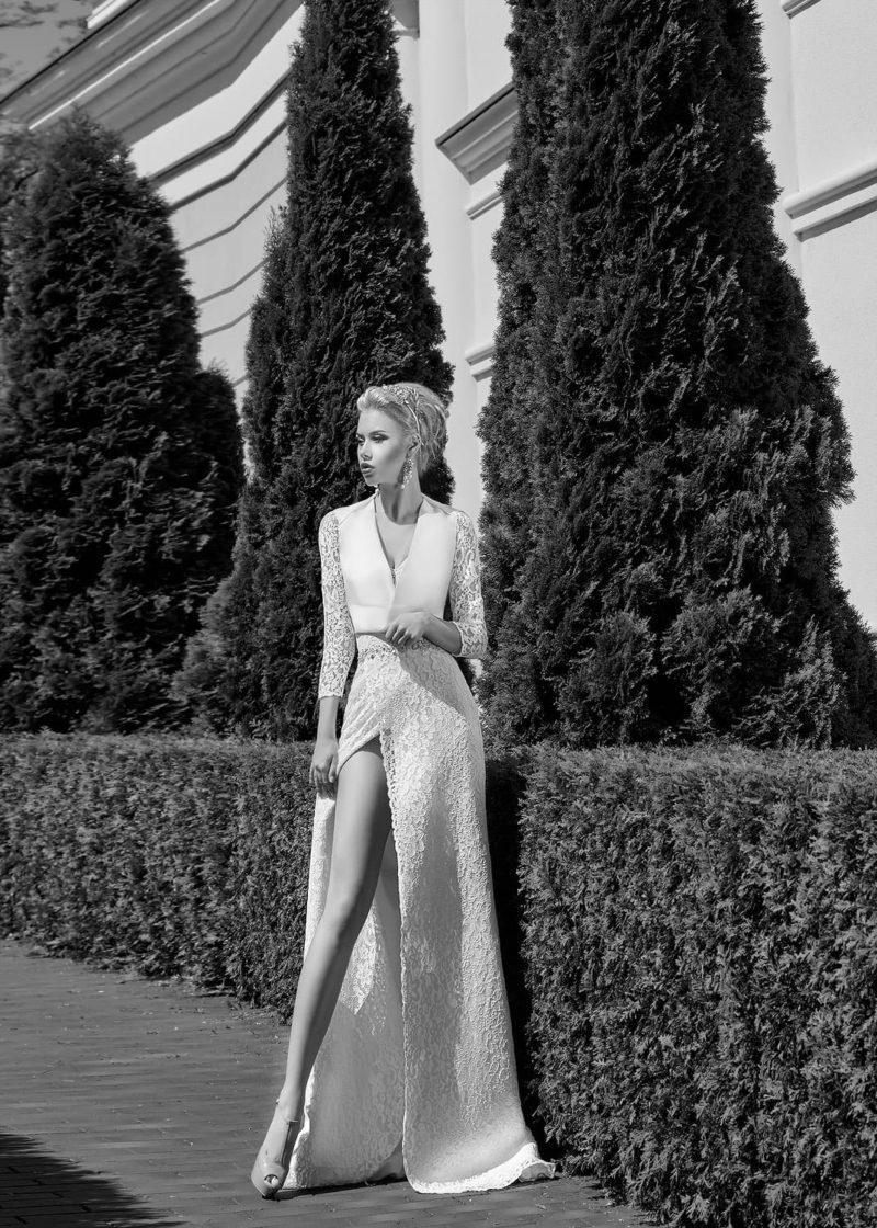 Стильное свадебное платье со сногсшибательным разрезом по подолу и глубоким декольте.