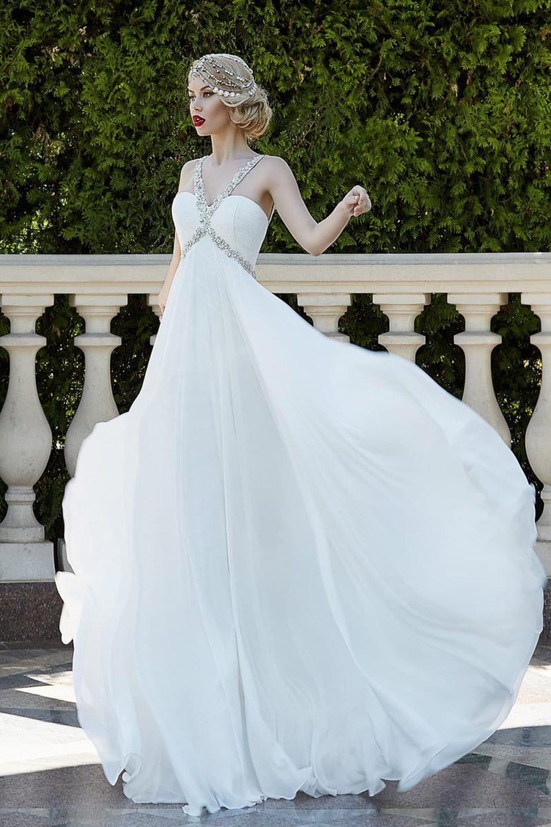 Изысканное свадебное платье с узкими бисерными бретелями и струящейся прямой юбкой.