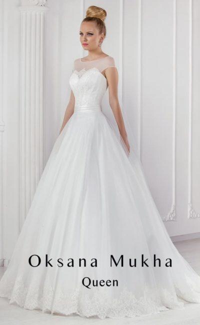 Пышное свадебное платье с округлым декольте и атласным поясом.