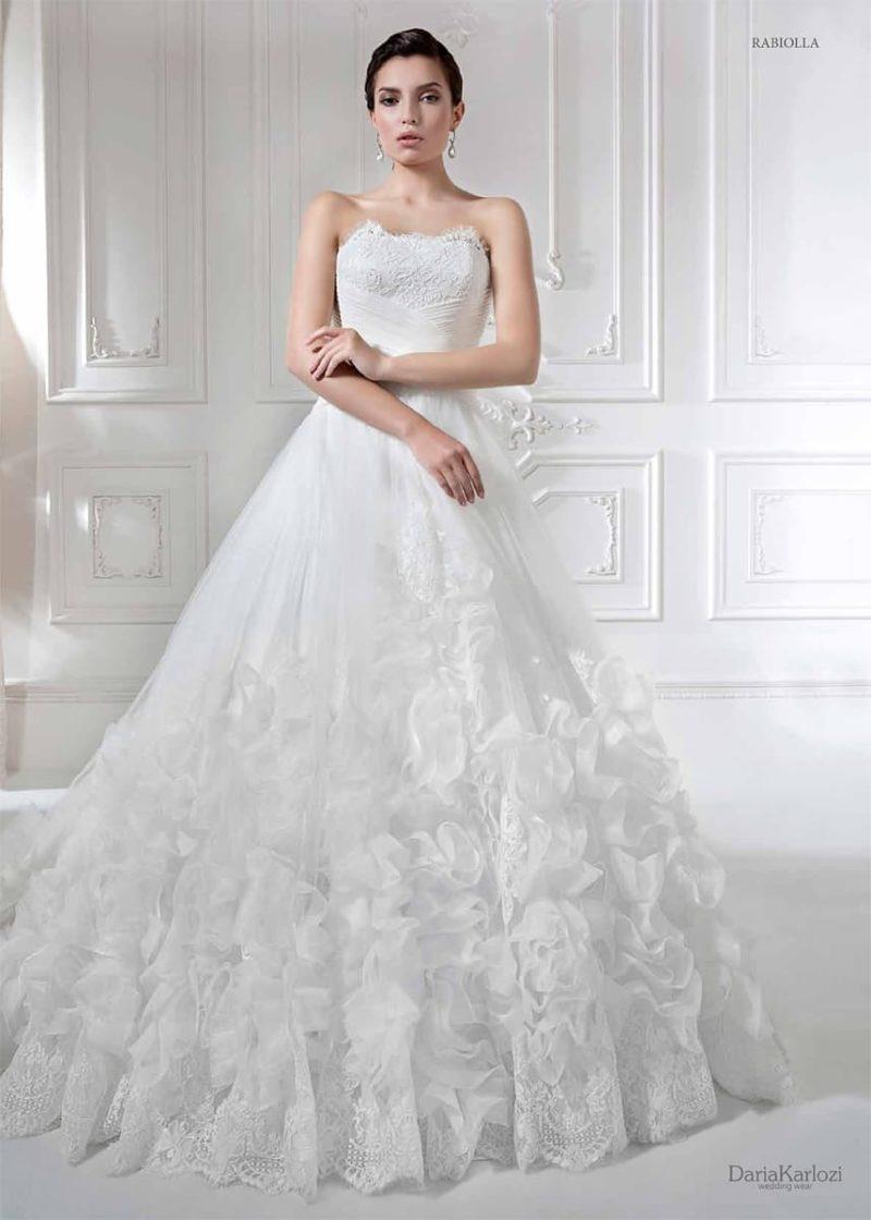 Эксцентричное свадебное платье с открытым корсетом и оригинальной отделкой низа подола.