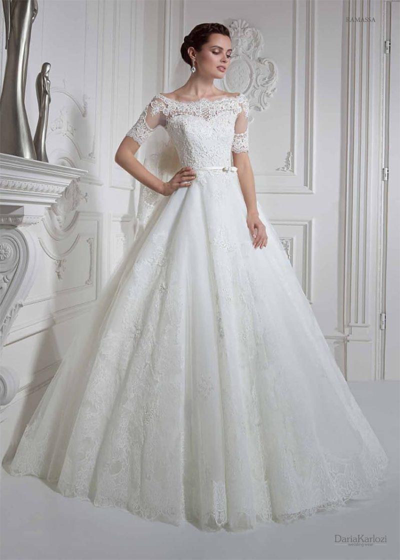 Свадебное платье с короткими кружевными рукавами и элегантным фигурным вырезом.