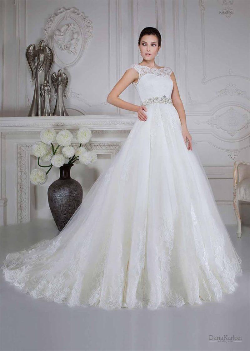 Романтичное свадебное платье с широким сияющим поясом и закрытым верхом из кружева.