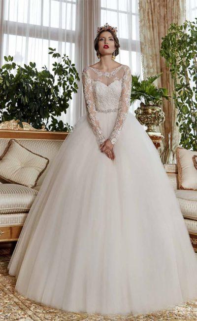 Воздушное свадебное платье с полупрозрачным верхом с длинным рукавом, украшенным кружевом.