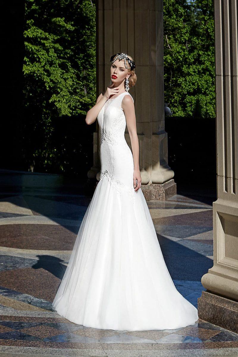 Свадебное платье «принцесса» с заниженной линией талии и округлым вырезом с узкими бретелями.
