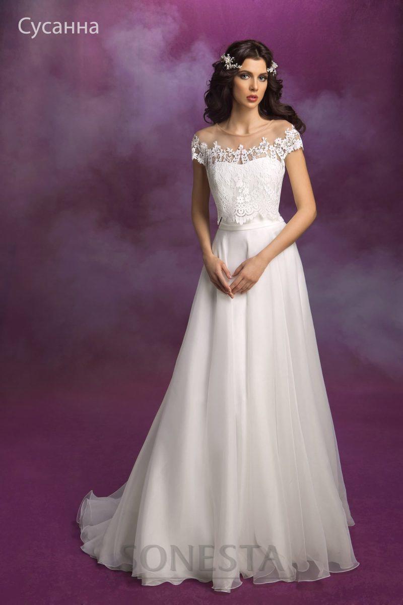Романтичное свадебное платье прямого кроя, которое можно преображать кружевной накидкой.