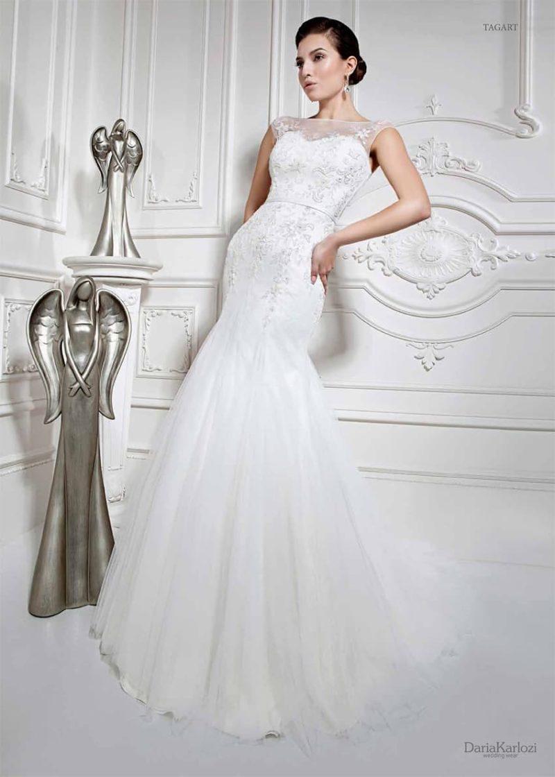 Изящное свадебное платье облегающего кроя, с закрытым лифом и узким поясом на талии.