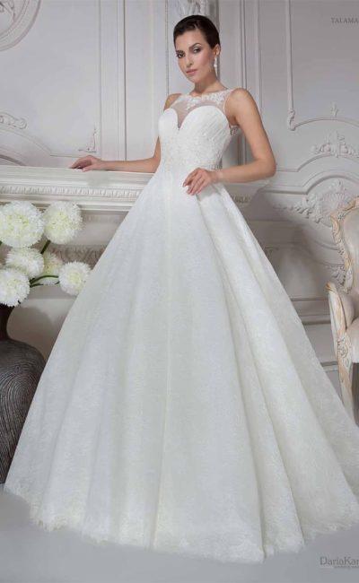 Роскошное свадебное платье с открытым лифом в форме сердечка и тонкой вставкой в области декольте.